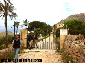 Puerta de acceso a la Finca de Bóquer y grupo de ornitológicos ingleses