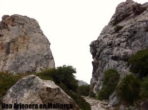 Paso entre dos rocas enormes